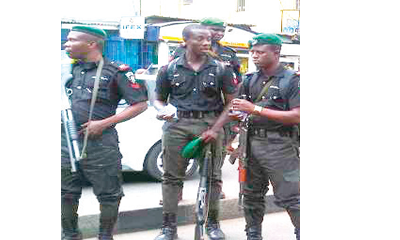 Robbery suspects escape from police custody