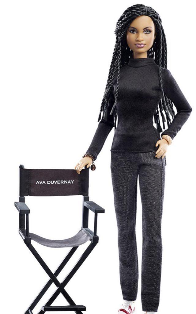 Esqueça as roupas sexy, o cabelo loiro e o cor-de-rosa: a boneca que retrata Ava Duvernay é sóbria e valoriza quem a diretora é