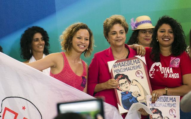 Dilma recebe presente em 'encontro com mulheres em defesa da democracia'