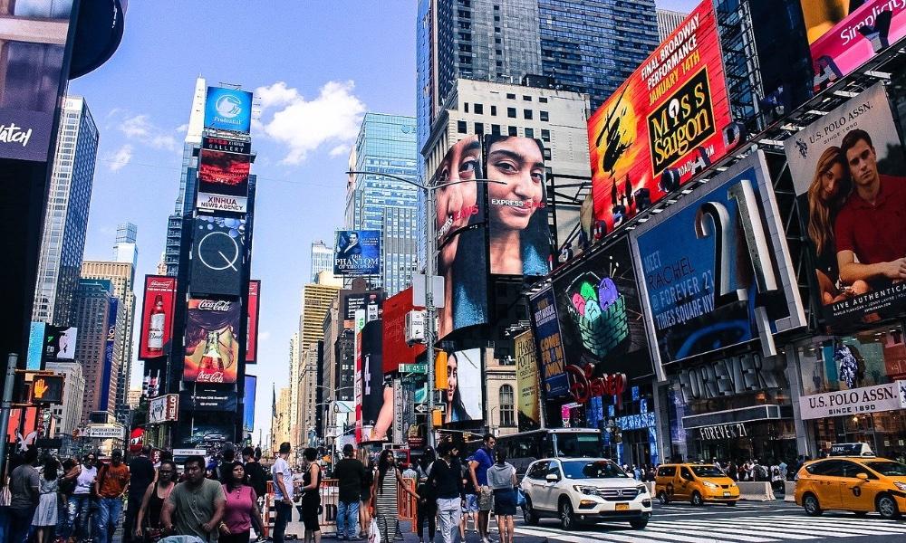 Бренды возвращаются к наружной рекламе после пандемии