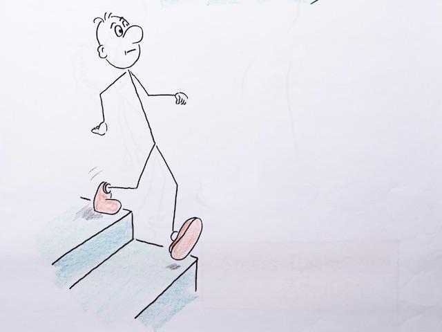 Strichmännchen im Gehen auf einer Stufe