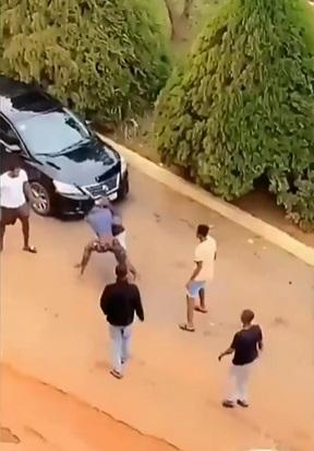 Two students exchange blows over a girl Video