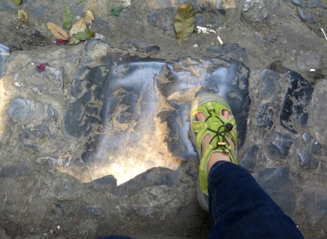 Bậc cấp xuống động đá mòn nên rất trơn
