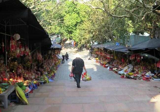 Đường đến động Hương Tích. Photo: TongMai