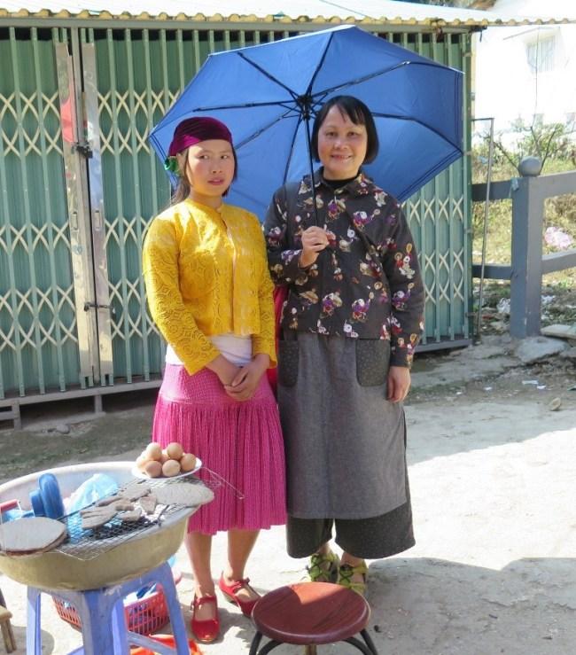 Cô gái bán bánh nướng tam giác mạch ở dinh vua Mèo. Photo: Hà