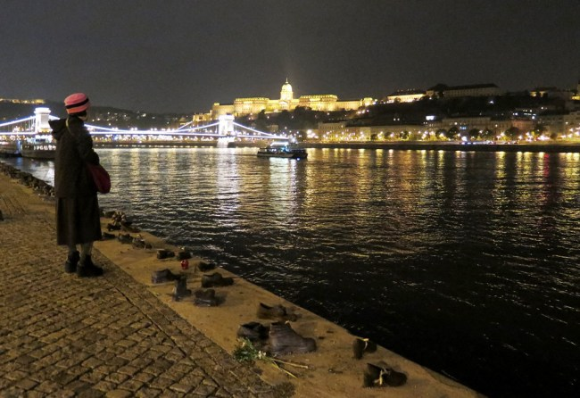 The Shoes on the Danube Promenade at night – Mai