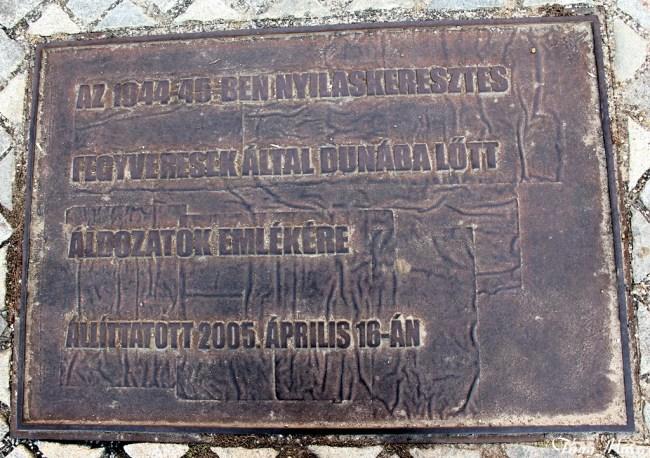 """""""Tưởng niệm những nạn nhân bị bắn rơi vào sông Danube bởi quân phát xít Arrow Cross năm 1944-45. Thực hiện vào năm 2005."""". Photo: TongMai"""