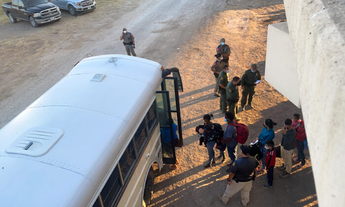 US to Expel Illegal Immigrants Gathering Under Texas Bridge