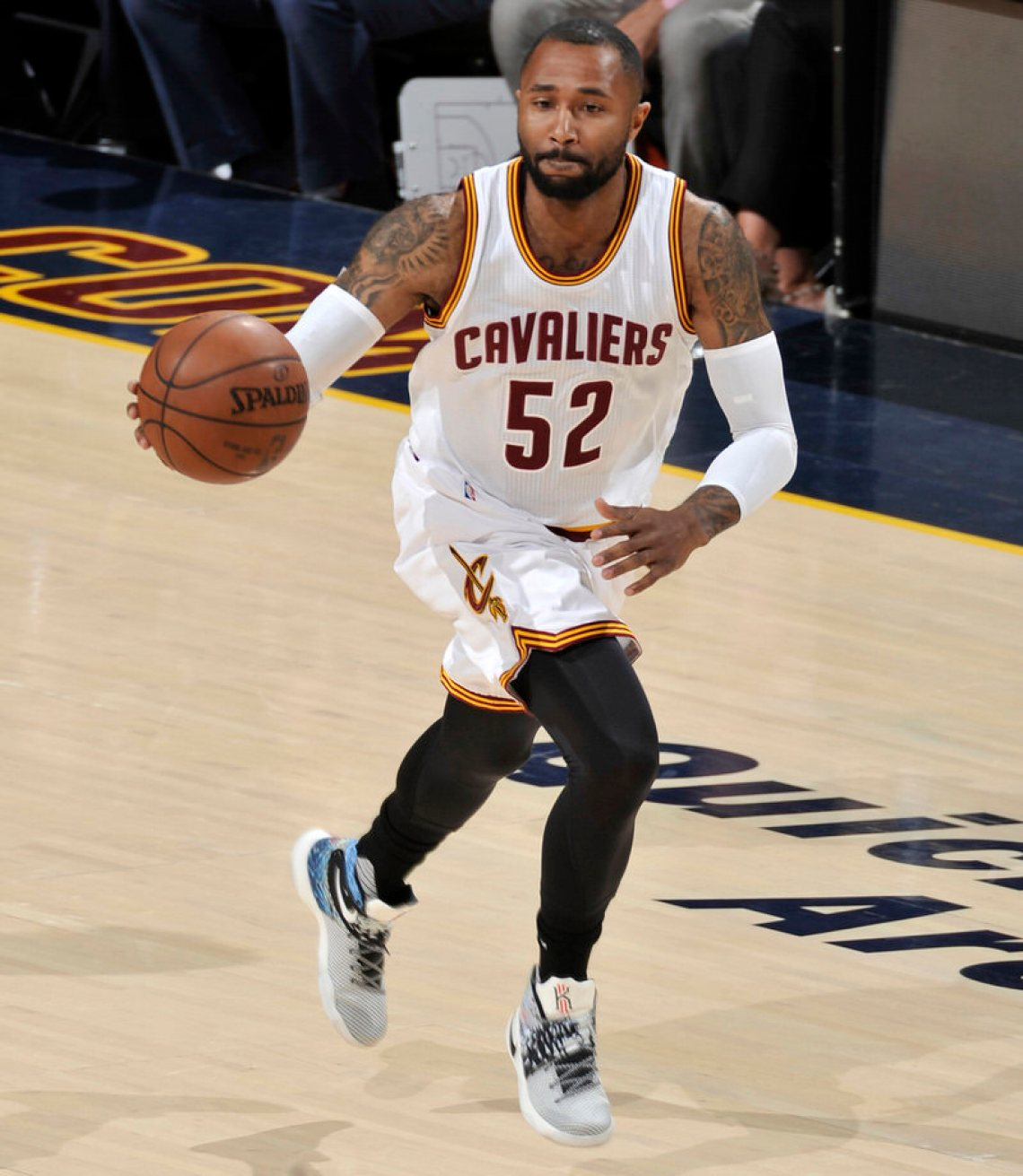 CLEVELAND, OH - JUNE 8: Mo Williams #52 of the Cleveland Cavaliers brings the ball up the court against the Golden State Warriors in Game Three of the 2016 NBA Finals on June 8, 2016 at The Quicken Loans Arena in Cleveland, Ohio. NOTE TO USER: User expressly acknowledges and agrees that, by downloading and or using this photograph, user is consenting to the terms and conditions of Getty Images License Agreement. Mandatory Copyright Notice: Copyright 2016 NBAE (Photo by David Liam Kyle/NBAE via Getty Images)