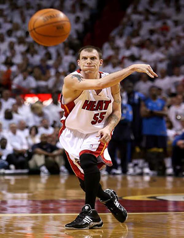 MIAMI - JUNE 15  Jason Williams  55 of the Miami Heat passes the ball 8ab66c4f7