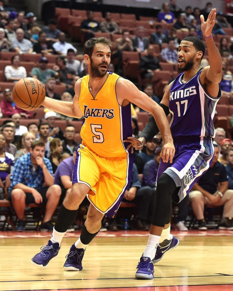 Jose Calderon in the adidas Crazylight Boost 2016 Low & Garrett Temple in the Nike Kobe 11 EM Team