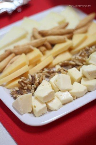 Nice Party: Decoración fiesta de Los Reyes Magos: Mesa de dulces con fondo dorado y marcos de purpurina- Surtido de quesos