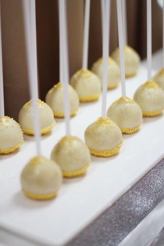 Nice Party: Decoración fiesta de Los Reyes Magos: Mesa de dulces con fondo dorado y marcos de purpurina cakepops de red velvet