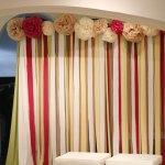 Fondo de cintas y pompones para una boda