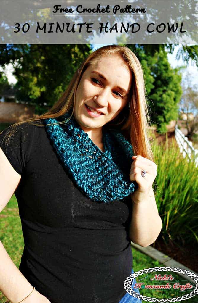 30 Minute Hand Cowl - Free Crochet Pattern by Nicki's Homemade Crafts #30Minutes #cowl #hand #scarf #infinity #oneskein #lionbrand #free #crochet #pattern