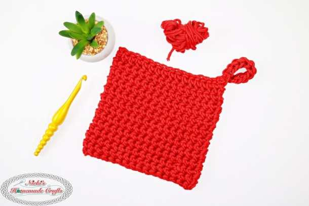 Crochet this stunningly soft and easy to make Potholder with this free crochet pattern. Ideal as a gift for birthdays, Mother's Day or Christmas for your mom, grandma or friend and loved one. It also uses the thickest crochet stitch, Thermal Stitch, crochet, free crochet pattern, potholder, thermal stitch, crochet potholder, gift idea, diy idea, mother's day idea, mother's day gift, mother's day gift idea, soft cotton, dmc yarn, dmc natura xl
