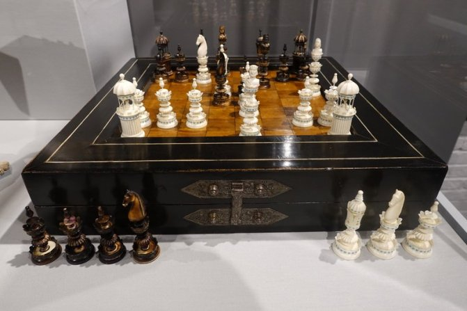 German 18th-Century Board-Box with Edel Style Ivory Set, 19th c.