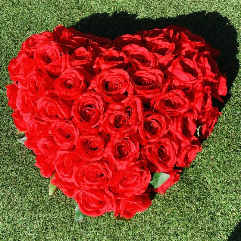 composition funeraire artificielle rouge en forme de cœur