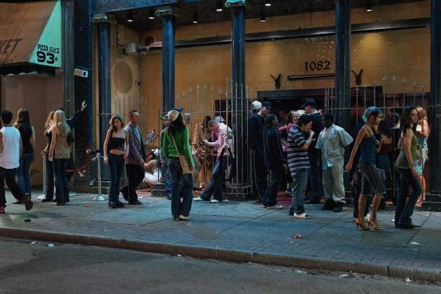 """In front of a nightclub"", 2006 - fonte: http://welldesignedandbuilt.com/"