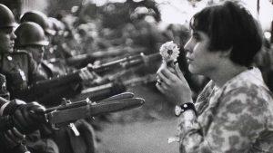 MArc Riboud, la jeune fille a la fleur