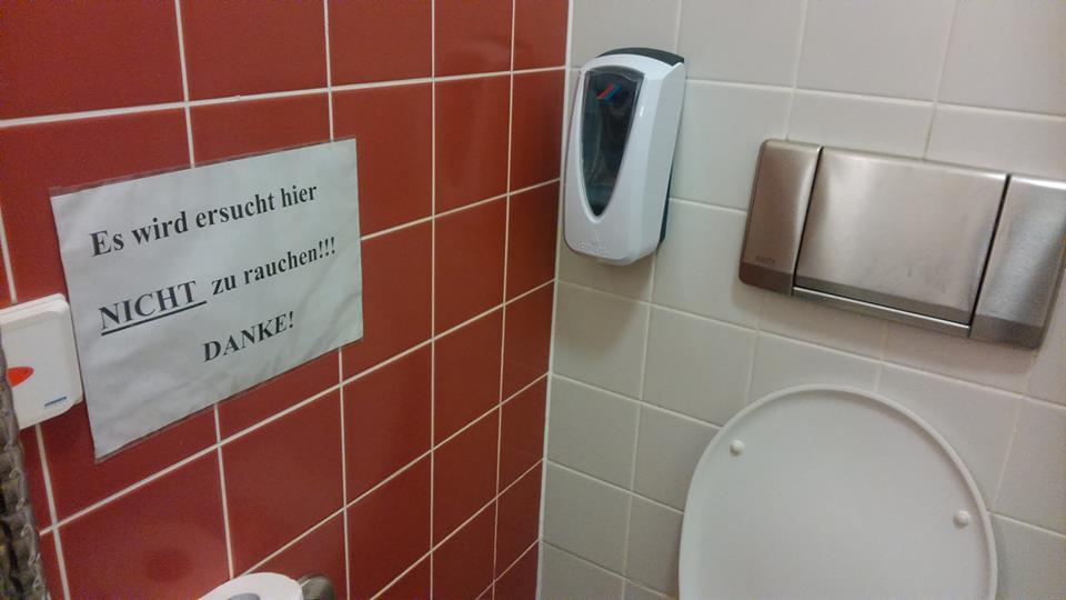 Die Ironie des Alltags auf der öffentlichen Toilette