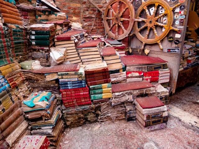 Libreria Acqua Alta l'esterno - Nicole Maranta