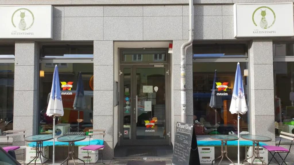 """best-cafes-munich-café-kat-tempel-ingang """"width ="""" 1024 """"height ="""" 576 """"data-wp-pid ="""" 9457 """"srcset ="""" https://www.nicolos-reiseblog.de/wp-content/ uploads / 2018/12 / best-cafes-muenchen-café-cat-temple-entrance.jpg 1024w, https://www.nicolos-reiseblog.de/wp-content/uploads/2018/12/besten-cafes-muenchen-cafe -katzentempel-eingang-300x169.jpg 300w, https://www.nicolos-reiseblog.de/wp-content/uploads/2018/12/besten-cafes-muenchen-cafe-katzentempel-eingang-800x450.jpg 800w, https : //www.nicolos-reiseblog.de/wp-content/uploads/2018/12/besten-cafes-muenchen-cafe-katzentempel-eingang-300x169@2x.jpg 600w """"sizes ="""" (max-width: 1024px) 100vw, 1024px """"/></p data-recalc-dims="""