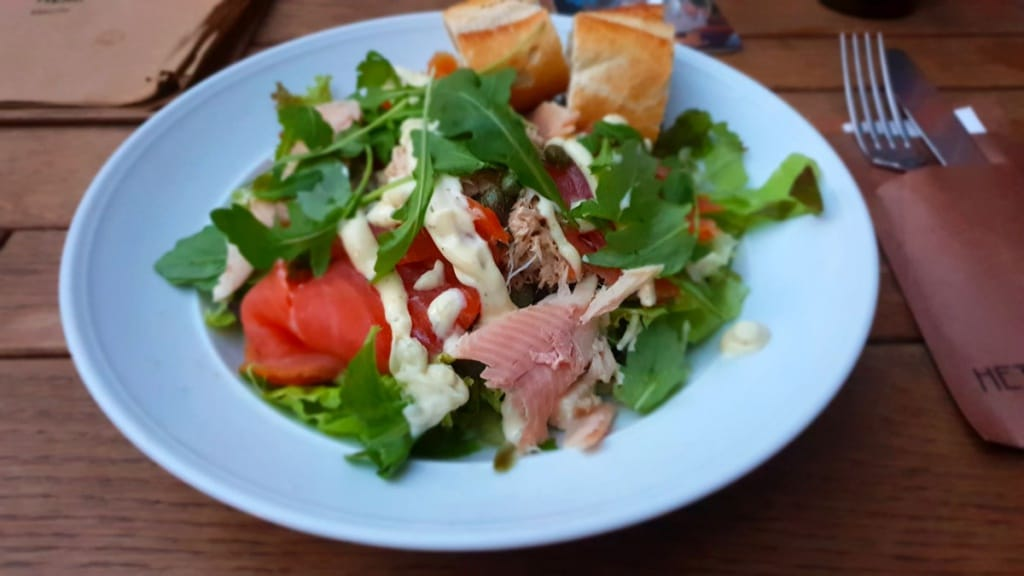 "reisetipps-zwolle-staedtetrip-het-refter-dinner-salat-fisch"" data-id=""9681"" data-link=""https://www.nicolos-reiseblog.de/?attachment_id=9681"" class=""wp-image-9681"" srcset=""https://i2.wp.com/www.nicolos-reiseblog.de/wp-content/uploads/2019/01/reisetipps-zwolle-staedtetrip-het-refter-dinner-salat-fisch-1024x576.jpg?resize=1024%2C576&ssl=1 1024w, https://www.nicolos-reiseblog.de/wp-content/uploads/2019/01/reisetipps-zwolle-staedtetrip-het-refter-dinner-salat-fisch-300x169.jpg 300w, https://www.nicolos-reiseblog.de/wp-content/uploads/2019/01/reisetipps-zwolle-staedtetrip-het-refter-dinner-salat-fisch-800x450.jpg 800w, https://www.nicolos-reiseblog.de/wp-content/uploads/2019/01/reisetipps-zwolle-staedtetrip-het-refter-dinner-salat-fisch.jpg 1200w, https://www.nicolos-reiseblog.de/wp-content/uploads/2019/01/reisetipps-zwolle-staedtetrip-het-refter-dinner-salat-fisch-300x169@2x.jpg 600w"" sizes=""(max-width: 1024px) 100vw, 1024px""/></figure data-recalc-dims="