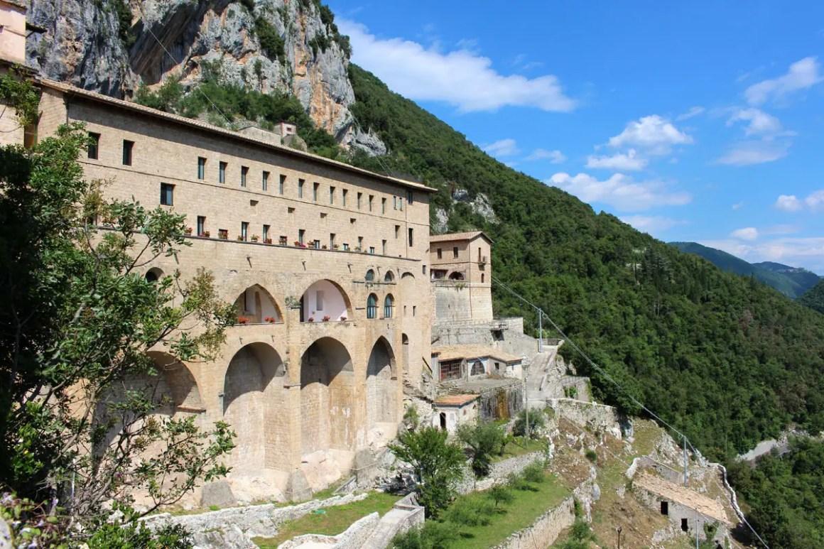 "Subiaco-travel-tips-lazio-italy-monastero-di-san-benedetto-building ""width ="" 1200 ""height ="" 800 ""data-wp-pid ="" 9976 ""srcset ="" https: //www.nicolos- reiseblog.de/wp-content/uploads/2019/02/Subiaco-reisetipps-latium-reisetipps-italien-Monastero-di-San-Benedetto-gebaeude.jpg 1200w, https://www.nicolos-reiseblog.de/wp -content / uploads / 2019/02 / Subiaco-travel-tips-lazio-routes-italië-monastero-di-san-benedetto-building-300x200.jpg 300w, https://www.nicolos-reiseblog.de/wp-content/ uploads / 2019/02 / Subiaco-travel-tips-lazio-italy-monastero-di-san-benedetto-building-1024x683.jpg 1024w, https://www.nicolos-reiseblog.de/wp-content/uploads/2019 /02/Subiaco-travel-tips-latium-travel-tips-ital-Monastero-Di-San-Benedetto-gebaeude-800x533.jpg 800w, https://www.nicolos-reiseblog.de/wp-content/uploads/2019/02/ Subiaco triplet latium travel tip Italië-Monastero-Di-San-Benedetto-gebaeude-300x200@2x.jpg 600w ""sizes ="" (max-width: 1200px) 100vw, 1200px ""/></figure data-recalc-dims="