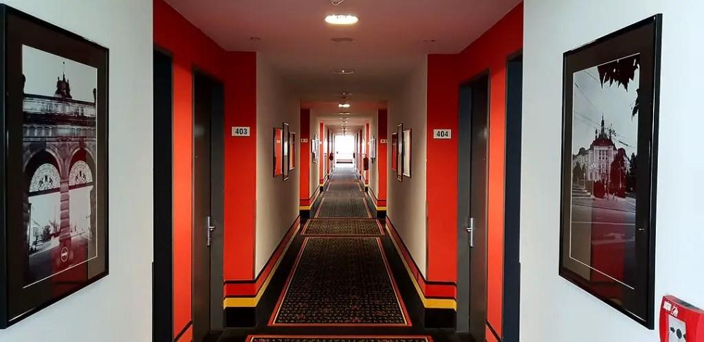 "vienna-house-easy-pilsen-hoteltipp-tsjechische gang ""class ="" wp-image-9892 ""srcset ="" https://www.nicolos-reiseblog.de/wp-content/uploads/2019/02/vienna- huis-gemakkelijk-pilsen-hoteltipp-tsjechisch-hal-1024x498.jpg 1024w, https://www.nicolos-reiseblog.de/wp-content/uploads/2019/02/vienna-house-easy-pilsen-hoteltipp-tschechien -flur-300x146.jpg 300w, https://www.nicolos-reiseblog.de/wp-content/uploads/2019/02/vienna-house-easy-pilsen-hoteltipp-tschechien-flur-800x389.jpg 800w, https : //www.nicolos-reiseblog.de/wp-content/uploads/2019/02/vienna-house-easy-pilsen-hoteltipp-tschechien-flur.jpg 1080w, https://www.nicolos-reiseblog.de/ wp-content/uploads/2019/02/vienna-house-easy-pilsen-hoteltipp-czech-flur-300x146@2x.jpg 600w ""sizes ="" (max-width: 1024px) 100vw, 1024px ""/></figure data-recalc-dims="