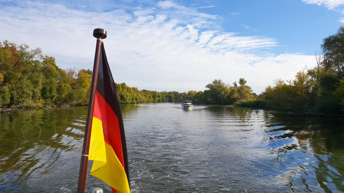 """Tour-brandenburg-reistips-brandenburg-bij-de-havel-boot-rit-plauer-zien-vlag """"width ="""" 1200 """"height ="""" 675 """"data-wp-pid ="""" 10074 """"srcset ="""" https: // www. nicolos-reiseblog.de/wp-content/uploads/2019/03/Rundreise-brandenburg-reisetipps-brandenburg-an-der-havel-bootsfahrt-plauer-see-fahne-1.jpg 1200w, https: //www.nicolos -reiseblog.de/wp-content/uploads/2019/03/Rundreise-brandenburg-reisetipps-brandenburg-an-der-havel-bootsfahrt-plauer-see-fahne-1-300x169.jpg 300w, https: // www. nicolos-reiseblog.de/wp-content/uploads/2019/03/Rundreise-brandenburg-reisetipps-brandenburg-an-der-havel-bootsfahrt-plauer-see-fahne-1-1024x576.jpg 1024w, https: // www .nicolos-reiseblog.de / wp-content / uploads / 2019/03 / Roundtrip-brandenburg-reistips-brandenburg-an-the-havel-boat-ride-plauer-see-flag-1-800x450.jpg 800w, https: // www.nicolos-reiseblog.de/wp-content/uploads/2019/03/Rundreise-brandenburg-reisetipps-brandenburg-an-der-havel-bootsfahrt-plauer-see-fahne-1-300x169@2x.jpg 600 w """"sizes = """"(max-breedte: 1200px) 100v w, 1200 px """"/></p data-recalc-dims="""