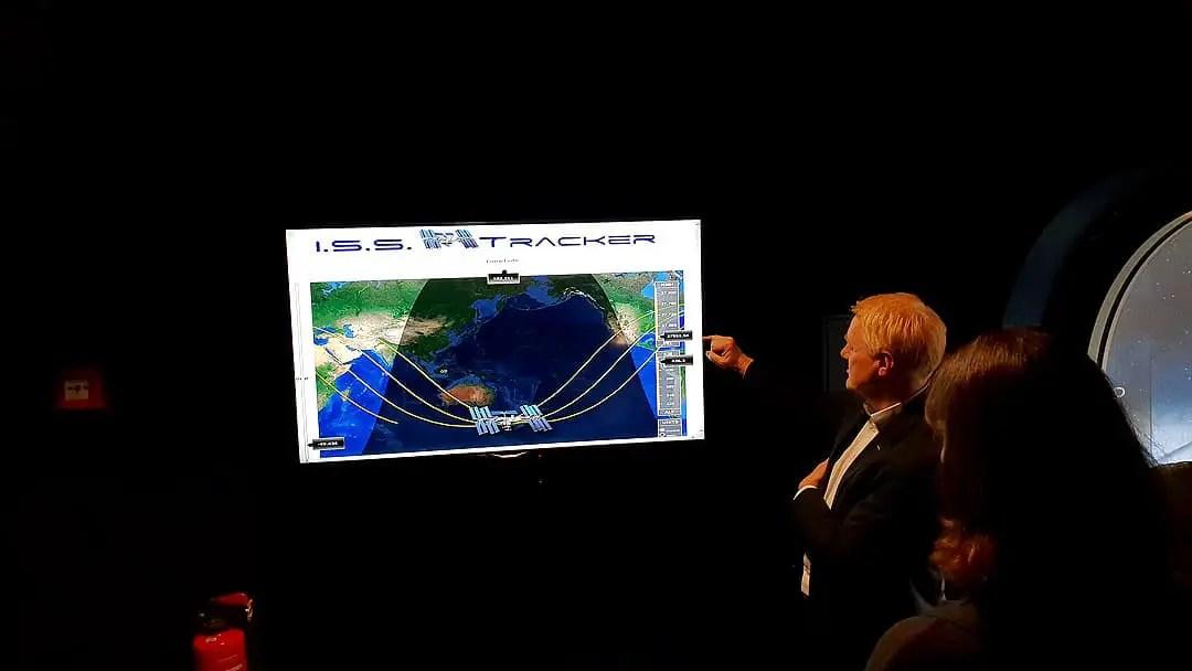 """Reistips - Bremen-Galactic-Reizen-Airbus-iss-tracker """"width ="""" 1080 """"height ="""" 608 """"data-wp-pid ="""" 10427 """"srcset ="""" https://www.nicolos-reiseblog.de/wp- inhoud / uploads / 2019/07 / Reistips - Bremen-Galactic-Reizen-Airbus-iss-tracker.jpg 1080w, https://www.nicolos-reiseblog.de/wp-content/uploads/2019/07/Reisetipps-Bremen -Galactic-Trip-Airbus-iss-tracker-300x169.jpg 300w, https://www.nicolos-reiseblog.de/wp-content/uploads/2019/07/Reisetipps-Bremen-Galactic-Travel-airbus-iss- tracker-1024x576.jpg 1024w, https://www.nicolos-reiseblog.de/wp-content/uploads/2019/07/Reisetipps-Bremen-Galaktische-Travel-airbus-iss-tracker-50x28.jpg 50w, https: //www.nicolos-reiseblog.de/wp-content/uploads/2019/07/Reisetipps-Bremen-Galaktische-Reisen-airbus-iss-tracker-800x450.jpg 800w """"sizes ="""" (max-width: 1080px) 100vw , 1080px """"/></p data-recalc-dims="""