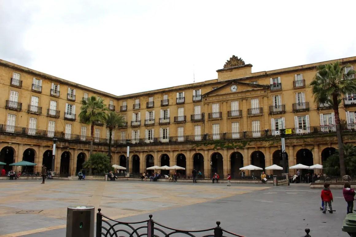 """Wat-moet-zien-Bilbao-Plaza-Nueva """"width ="""" 1200 """"height ="""" 800 """"data-wp-pid ="""" 11096 """"srcset ="""" https://www.nicolos-reiseblog.de/wp- content / uploads / 2019/08 / What-must-see-Bilbao-Plaza-Nueva.jpg 1200w, https://www.nicolos-reiseblog.de/wp-content/uploads/2019/08/Was-muss -man-see-Bilbao-Plaza-Nueva-300x200.jpg 300w, https://www.nicolos-reiseblog.de/wp-content/uploads/2019/08/Was-muss-man-sehen-Bilbao-Plaza- Nueva-1024x683.jpg 1024w, https://www.nicolos-reiseblog.de/wp-content/uploads/2019/08/Was-muss-man-sehen-Bilbao-Plaza-Nueva-50x33.jpg 50w, https: //www.nicolos-reiseblog.de/wp-content/uploads/2019/08/Was-muss-man-sehen-Bilbao-Plaza-Nueva-800x533.jpg 800w """"sizes ="""" (max-width: 1200px) 100vw , 1200px """"/></p data-recalc-dims="""