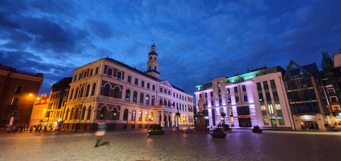 "what-to-see-in-riga-rathausplatz ""width ="" 1200 ""height ="" 569 ""data-wp-pid ="" 11407 ""srcset ="" https://www.nicolos-reiseblog.de/wp-content/uploads/ 2019/10 / what-see-in-riga-rathausplatz.jpg 1200w, https://www.nicolos-reiseblog.de/wp-content/uploads/2019/10/was-sehen-in-riga-rathausplatz-300x142 .jpg 300w, https://www.nicolos-reiseblog.de/wp-content/uploads/2019/10/was-sehen-in-riga-rathausplatz-1024x486.jpg 1024w, https: //www.nicolos-reiseblog .com / wp-content / uploads / 2019/10 / wat-te-zien-in-riga-rathausplatz-50x24.jpg 50w, https://www.nicolos-reiseblog.de/wp-content/uploads/2019/10/ what-see-in-riga-rathausplatz-800x379.jpg 800w ""data-lazy-sizes ="" (max-breedte: 1200px) 100vw, 1200px ""src ="" https://www.nicolos-reiseblog.de/wp- content / uploads / 2019/10 / what-see-in-riga-rathausplatz.jpg ""/></p> <p><noscript><img class="