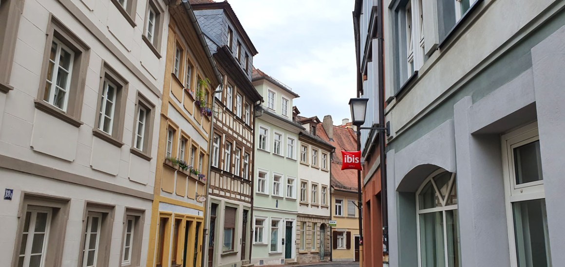 "Hotel-Bamberg-ibis-Altstadt-side-street ""width ="" 1200 ""height ="" 568 ""data-wp-pid ="" 11490 ""srcset ="" https://www.nicolos-reiseblog.de/wp-content/uploads/ 2019/11 / Hotel-Bamberg-ibis-Altstadt-seitenstrasse.jpg 1200w, https://www.nicolos-reiseblog.de/wp-content/uploads/2019/11/Hotel-Bamberg-ibis-Altstadt-seitenstrasse-300x142 .jpg 300w, https://www.nicolos-reiseblog.de/wp-content/uploads/2019/11/Hotel-Bamberg-ibis-Altstadt-seitenstrasse-1024x485.jpg 1024w, https: //www.nicolos-reiseblog .com / wp-content / uploads / 2019/11 / Hotel-Bamberg-ibis-Altstadt-seitenstrasse-50x24.jpg 50w, https://www.nicolos-reiseblog.de/wp-content/uploads/2019/11/ Hotel-Bamberg-ibis-Altstadt-zij-straat-800x379.jpg 800w ""sizes ="" (max-breedte: 1200px) 100vw, 1200px ""/></p data-recalc-dims="