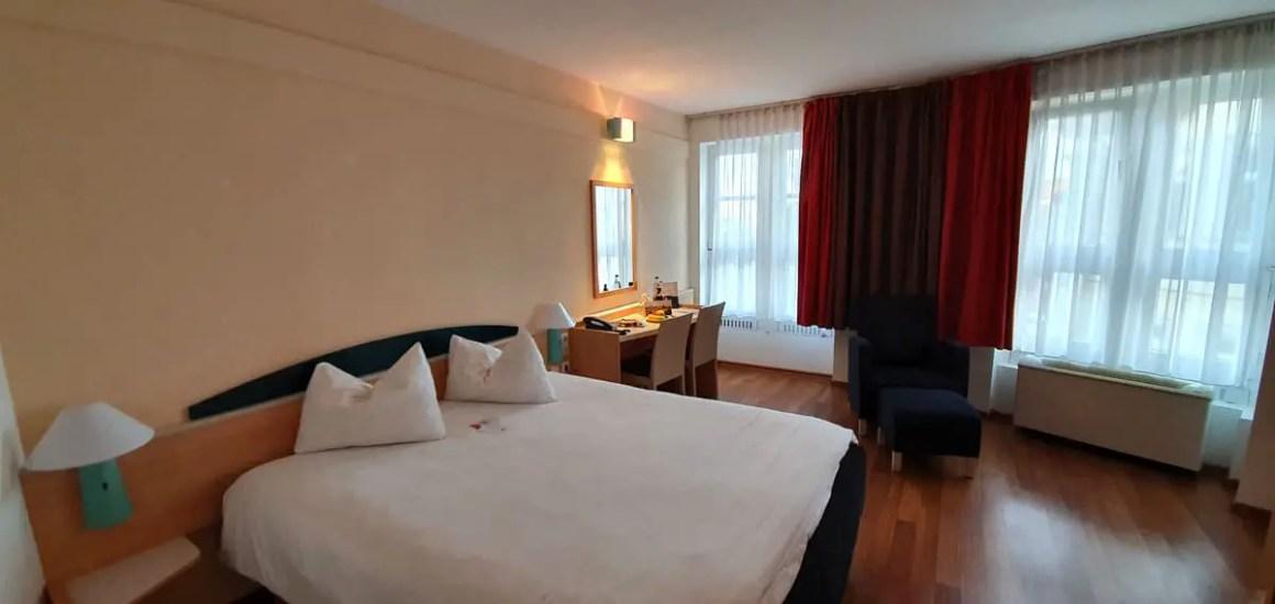 """Hotel-Bamberg-ibis-Altstadt-room-bed """"width ="""" 1200 """"height ="""" 569 """"data-wp-pid ="""" 11494 """"srcset ="""" https://www.nicolos-reiseblog.de/wp-content/ uploads / 2019/11 / Hotel-Bamberg-ibis-Altstadt-room-bed.jpg 1200w, https://www.nicolos-reiseblog.de/wp-content/uploads/2019/11/Hotel-Bamberg-ibis-Altstadt -zimmer-bed-300x142.jpg 300w, https://www.nicolos-reiseblog.de/wp-content/uploads/2019/11/Hotel-Bamberg-ibis-Altstadt-zimmer-bett-1024x486.jpg 1024w, https : //www.nicolos-reiseblog.de/wp-content/uploads/2019/11/Hotel-Bamberg-ibis-Altstadt-zimmer-bett-50x24.jpg 50w, https://www.nicolos-reiseblog.de/ wp-content / uploads / 2019/11 / Hotel-Bamberg-ibis-Altstadt-room-bed-800x379.jpg 800w """"sizes ="""" (max-breedte: 1200px) 100vw, 1200px """"/></p data-recalc-dims="""