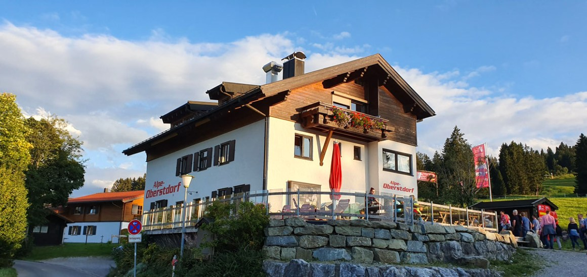 "Hotel-Oberstorf-wanderung-alpe-oberstorf"" width=""1200"" height=""568"" srcset=""https://i2.wp.com/www.nicolos-reiseblog.de/wp-content/uploads/2020/01/Hotel-Oberstorf-wanderung-alpe-oberstorf.jpg?w=1160&ssl=1 1200w, https://www.nicolos-reiseblog.de/wp-content/uploads/2020/01/Hotel-Oberstorf-wanderung-alpe-oberstorf-300x142.jpg 300w, https://www.nicolos-reiseblog.de/wp-content/uploads/2020/01/Hotel-Oberstorf-wanderung-alpe-oberstorf-1024x485.jpg 1024w"" sizes=""(max-width: 1200px) 100vw, 1200px""/></noscript data-recalc-dims="