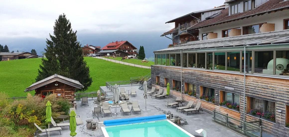 "Hotel-Oberstorf-wellness-buitenzwembad ""width ="" 1200 ""height ="" 568 ""srcset ="" https://www.nicolos-reiseblog.de/wp-content/uploads/2020/01/Hotel-Oberstorf-wellness-aussenpool .jpg 1200w, https://www.nicolos-reiseblog.de/wp-content/uploads/2020/01/Hotel-Oberstorf-wellness-aussenpool-300x142.jpg 300w, https://www.nicolos-reiseblog.de /wp-content/uploads/2020/01/Hotel-Oberstorf-wellness-aussenpool-1024x485.jpg 1024w ""data-lazy-sizes ="" (max-width: 1200px) 100vw, 1200px ""src ="" https: // www .nicolos-reiseblog.de / wp-content / uploads / 2020/01 / hotel-Oberstorf-wellness-aussenpool.jpg ""/></p> <p><noscript><img class="