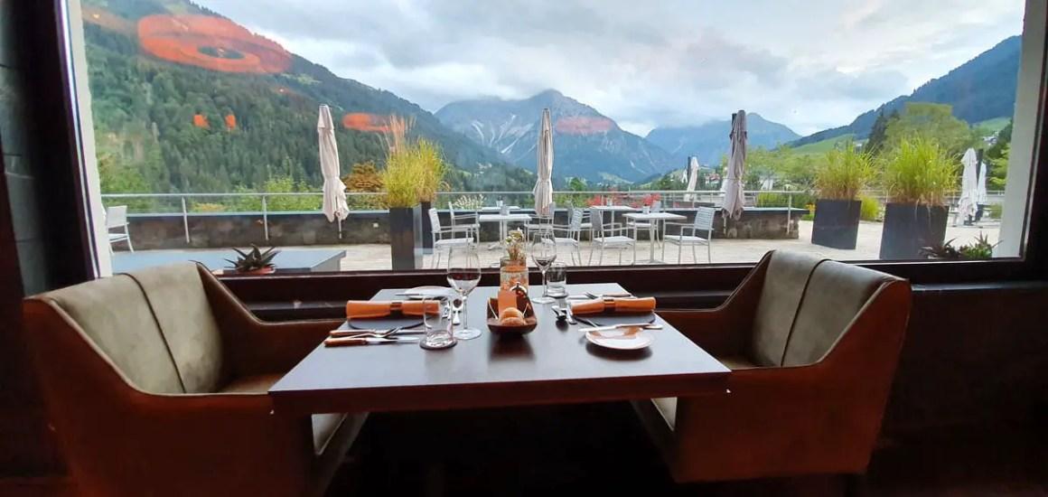 "Travel-Charme-Ifen-Hotel-Kleinwalsertal-restaurant ""width ="" 1200 ""height ="" 569 ""srcset ="" https://www.nicolos-reiseblog.de/wp-content/uploads/2020/01/Travel-Charme -Ifen-Hotel-Kleinwalsertal-restaurant.jpg 1200w, https://www.nicolos-reiseblog.de/wp-content/uploads/2020/01/Travel-Charme-Ifen-Hotel-Kleinwalsertal-restaurant-300x142.jpg 300w , https://www.nicolos-reiseblog.de/wp-content/uploads/2020/01/Travel-Charme-Ifen-Hotel-Kleinwalsertal-restaurant-1024x486.jpg 1024w ""data-lazy-sizes ="" (max- breedte: 1200px) 100vw, 1200px ""src ="" https://www.nicolos-reiseblog.de/wp-content/uploads/2020/01/Travel-Charme-Ifen-Hotel-Kleinwalsertal-restaurant.jpg ""/></p> <p><noscript><img class="