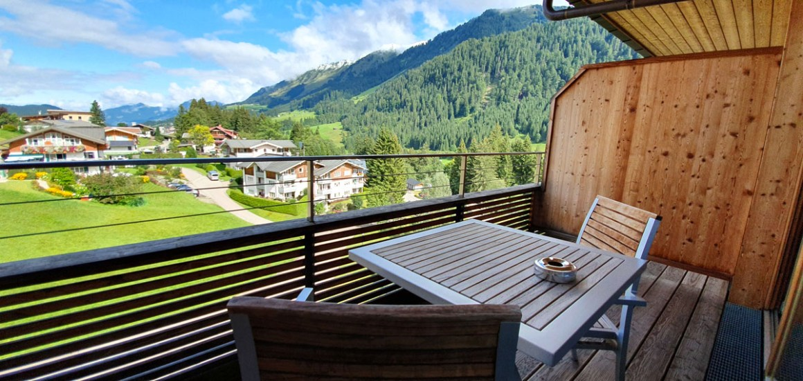 "Travel-Charme-Ifen-Hotel-Kleinwalsertal-room-balcony ""width ="" 1200 ""height ="" 569 ""srcset ="" https://www.nicolos-reiseblog.de/wp-content/uploads/2020/01/Travel -Charme-Ifen-Hotel-Kleinwalsertal-zimmer-balkon.jpg 1200w, https://www.nicolos-reiseblog.de/wp-content/uploads/2020/01/Travel-Charme-Ifen-Hotel-Kleinwalsertal-zimmer- balcony-300x142.jpg 300w, https://www.nicolos-reiseblog.de/wp-content/uploads/2020/01/Travel-Charme-Ifen-Hotel-Kleinwalsertal-zimmer-balkon-1024x486.jpg 1024w ""data- lazy-sizes = ""(max-width: 1200px) 100vw, 1200px"" src = ""https://www.nicolos-reiseblog.de/wp-content/uploads/2020/01/Travel-Charme-Ifen-Hotel-Kleinwalsertal -zimmer-balkon.jpg ""/><noscript><img class="