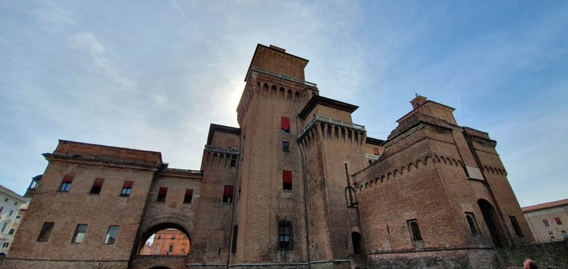 "ferrara-aantrekkelijkheden-Castello-Estense-perspectief ""width ="" 1200 ""height ="" 569 ""srcset ="" https://www.nicolos-reiseblog.de/wp-content/uploads/2020/01/ferrara-sehenswuerdigkeits-Castello -Estense-perspektiven.jpg 1200w, https://www.nicolos-reiseblog.de/wp-content/uploads/2020/01/ferrara-sehenswuerdigkeits-Castello-Estense-perspektiven-300x142.jpg 300w, https: // www .nicolos-reiseblog.de / wp-content / uploads / 2020/01 / ferrara-sight-Castello-Estense-perspektiven-1024x486.jpg 1024w ""sizes ="" (max-breedte: 1200px) 100vw, 1200px ""/></noscript data-recalc-dims="