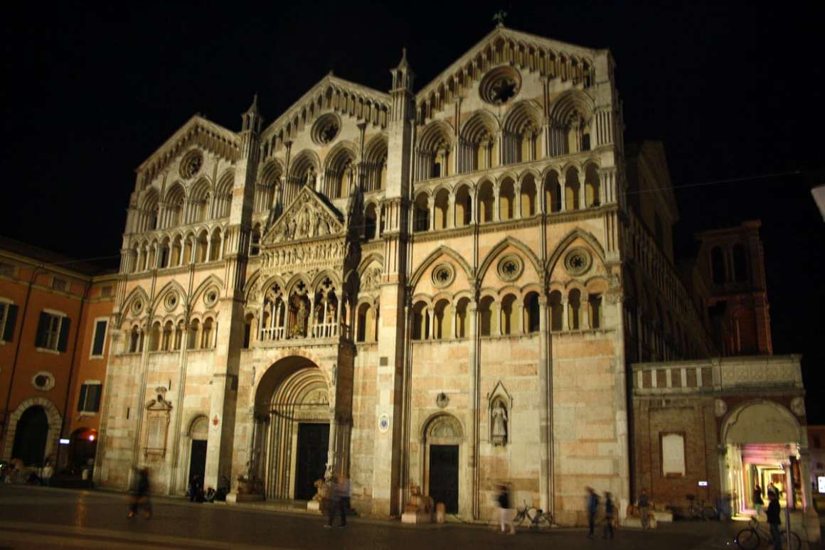 "ferrara-bezienswaardigheden-kathedraal-van-ferrara-front ""width ="" 1200 ""height ="" 801 ""srcset ="" https://www.nicolos-reiseblog.de/wp-content/uploads/2020/01/ferrara-sehenswuerdheiten -Cathedral-of-Ferrara-front.jpg 1200w, https://www.nicolos-reiseblog.de/wp-content/uploads/2020/01/ferrara-sehenswuerdigkeits-Kathedrale-von-Ferrara-front-300x200.jpg 300w , https://www.nicolos-reiseblog.de/wp-content/uploads/2020/01/ferrara-sehenswuerdigkeits-Kathedrale-von-Ferrara-front-1024x684.jpg 1024w ""data-lazy-sizes ="" (max- breedte: 1200px) 100vw, 1200px ""src ="" https://www.nicolos-reiseblog.de/wp-content/uploads/2020/01/ferrara-sehenswuerdigkeits-Kathedrale-von-Ferrara-front.jpg ""/></p> <p><noscript><img class="