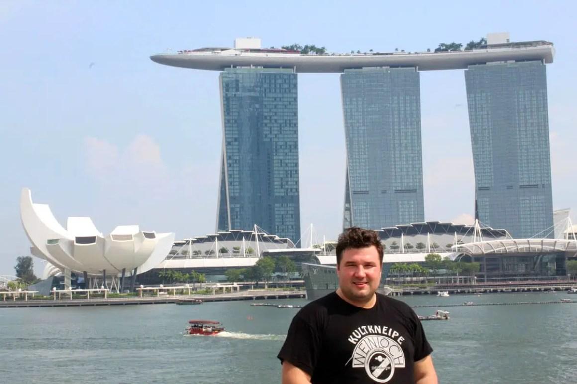 "one-day-in-singapore-patric-marina-bay ""width ="" 1200 ""height ="" 800 ""srcset ="" https://www.nicolos-reiseblog.de/wp-content/uploads/2020/05/ein -tag-in-singapur-patric-marina-bay.jpg 1200w, https://www.nicolos-reiseblog.de/wp-content/uploads/2020/05/ein-tag-in-singapur-patric-marina- bay-300x200.jpg 300w, https://www.nicolos-reiseblog.de/wp-content/uploads/2020/05/ein-tag-in-singapur-patric-marina-bay-1024x683.jpg 1024w ""data- lui-maten = ""(maximale breedte: 1200px) 100vw, 1200px"" src = ""https://www.nicolos-reiseblog.de/wp-content/uploads/2020/05/ein-tag-in-singapur-patric -marina-bay.jpg ""/><noscript><img aria-describedby="