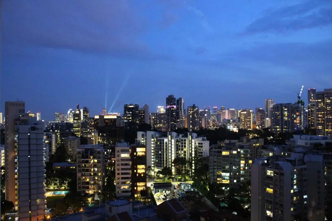 "one-day-in-singapore-skyline-singapore-night ""width ="" 1200 ""height ="" 800 ""srcset ="" https://www.nicolos-reiseblog.de/wp-content/uploads/2020/05/ein -tag-in-singapur-skyline-singapur-nacht.jpg 1200w, https://www.nicolos-reiseblog.de/wp-content/uploads/2020/05/ein-tag-in-singapur-skyline-singapur- night-300x200.jpg 300w, https://www.nicolos-reiseblog.de/wp-content/uploads/2020/05/ein-tag-in-singapur-skyline-singapur-nacht-1024x683.jpg 1024w ""data- lui-maten = ""(max. breedte: 1200 px) 100vw, 1200px"" src = ""https://www.nicolos-reiseblog.de/wp-content/uploads/2020/05/ein-tag-in-singapur-skyline -singapore-night.jpg ""/></p> <p><noscript><img class="