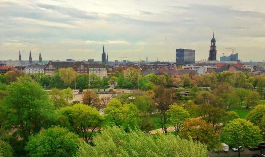 Hamburg: Blick über die Stadt vom City Skyliner auf dem Hamburger Dom.