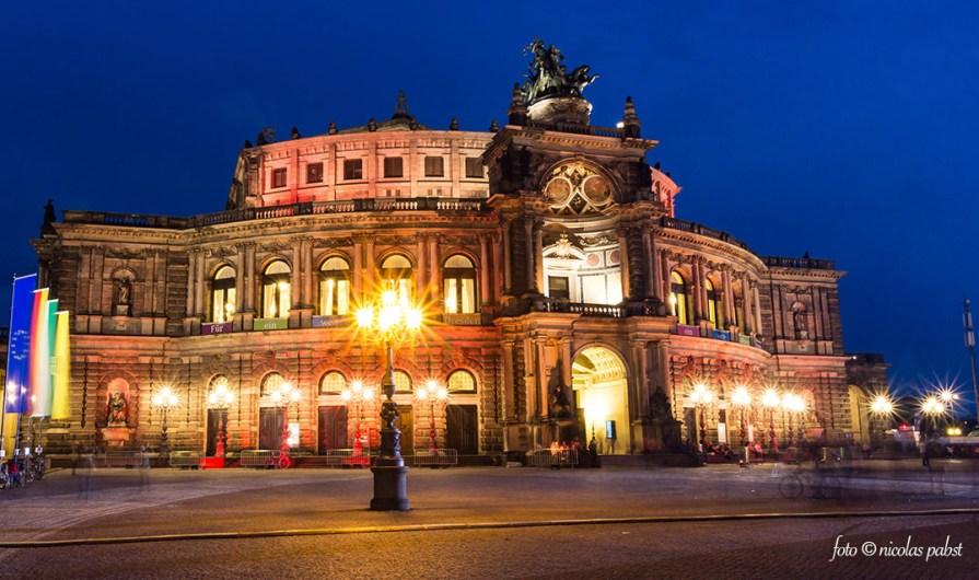 Die Semperoper in Dresden bei Nacht