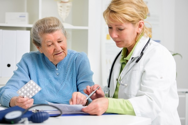 Photo of an older woman and her doctor - La diabetes Tipos y prevención de enfermedad