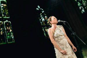 Anna Maria Jopek często uczestniczy w międzynarodowych projektach - na zdj. podczas koncertu w Edynburgu (źródło: oficjalna strona artystki).