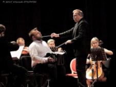 Rafał Grząka z orkiestrą.