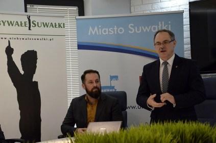 """Na zdj. prezydent Czesław Renkiewicz i Marcin Tylenda z """"Niebywałych Suwałk"""" - członek komisji i sponsor nagrody."""